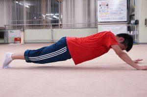 京都で体幹トレーニングをする高校生