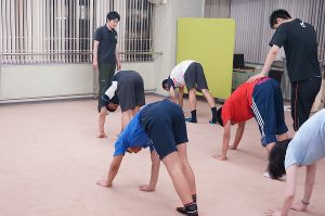 京都で体幹トレーニングをする中学生と高校生