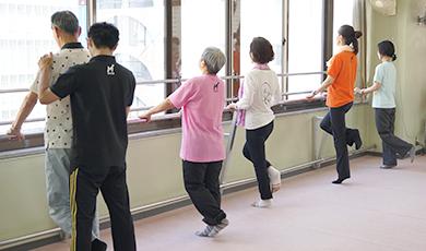 体重をかけて、ひざを曲げるトレーニング